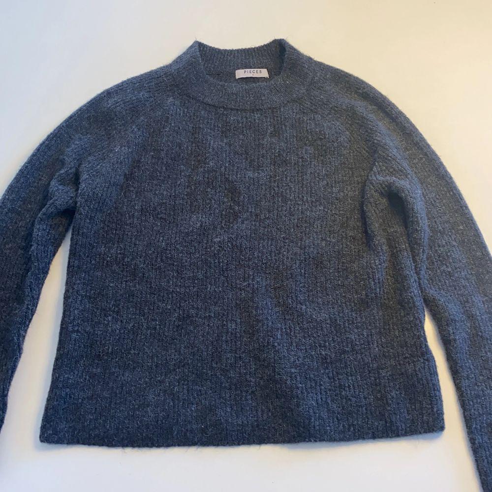 Mörkgrå stickad tröja från pieces/veromoda. . Tröjor & Koftor.