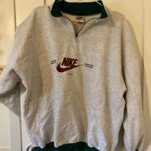 Grå Nike vintage sweatshirt. Den har tyvärr en liten fläck som jag inte har fått bort, bild tre. Säljer för 100kr, plus frakt.