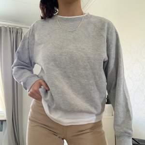 Grå sweatshirt i extremt bra skick!! Passar till vilken outfit som helst!! Lite oversized passform. 💖💖