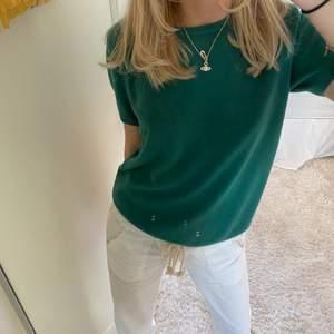 Superfin tröja i kashmir men vet ej hur mycket eftersom jag tagit bort lappen:(, superfint skick!! Som ny💚💚 om många är intresserade blir det budgivning