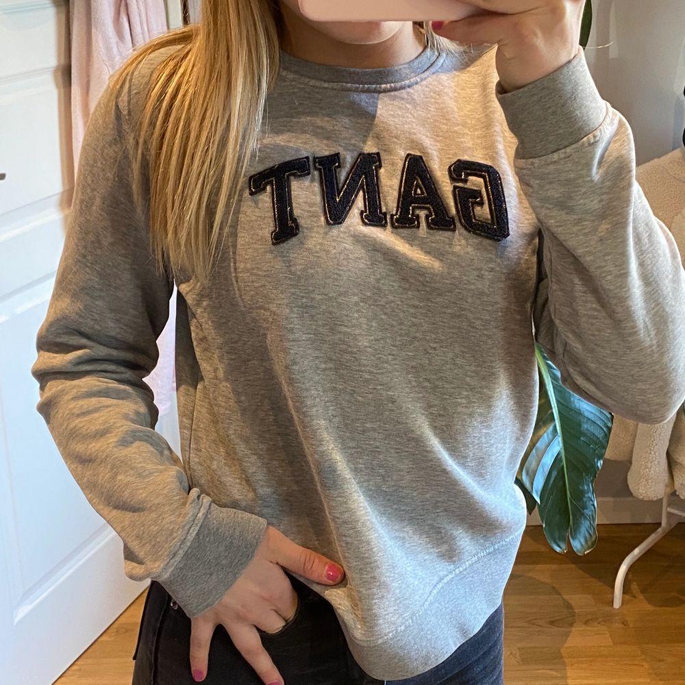 superfin grå gant tröja/sweater i storlek S i superskönt material🥰🥰  orginalpris 500kr. Huvtröjor & Träningströjor.