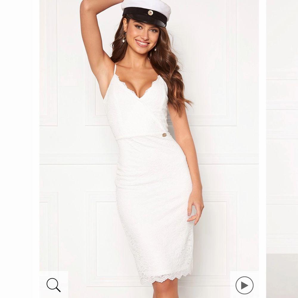 Säljer min studentklänning som jag inte fick chansen att använda, så den är i helt nyskick. Sitter mycket bra för dig som är liten till storleken.. Klänningar.
