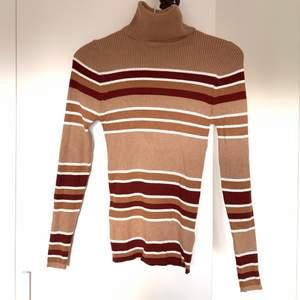 Jätteskön turtleneck tröja med vinröda och vita ränder, lite 70s vibe över den. Tight fit men väldigt stretchig så passar både en xs och kanske en liten medium, bara att höra av sig vid intresse