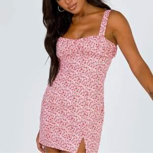 Så sjukt fin klänning från prinsesspolly!!! Tyvärr för liten för mig. Liten i storleken, skulle säga XS/liten S. Spårbar frakt (66kr) eller S (45kr)