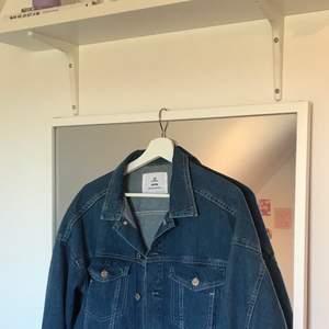 Kort men oversized jeansjacka från H&M 💖 Använd max 5 gånger, så inget fel på jackan. Finns stora innerfickor där man kan ha mobil o annat🤩 Minns inte orginalpris men säljer för 150 + frakt🥰