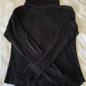 Säljer denna fina stickade high-neck tröjan!🖤 Bra skick och superskön. Fina detaljer på stickningen. Storlek S, men skulle säga att den även passar M. Köparen står för frakt.