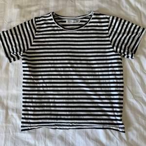 Säljer denna fina svart-vit-randiga toppen!🤍🖤 T-shirten är i fint skick och endast använd ett fåtal gånger. Perfekt basic plagg som alltid behövs. Storlek S. Köparen står för frakt.