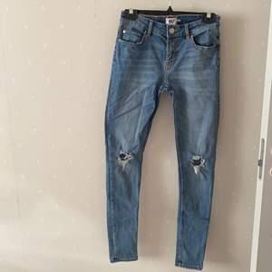 Väldigt sköna skinny jeans från lager 157. Dem är mid-waist skulle jag säga och brukar inte gilla skinny jeans men dessa är faktiskt sjukt bekväma. Tyvärr bär jag bara på high waisted och därför säljs denna.