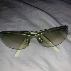 Jättefina vintage solglasögon, de är helt nya och oanvända. Pri+frakt ifall de ska skickas annars kan jag mötas upp i Norrköping. Buda jättegärna!