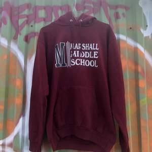Säljer en riktig klassisk college hoodie från Marshall middle school i California.. Tröjan är i bra skick, trycket är lite slitet men det är inget som stör tröjan. Sjukt najs med tryck på ryggen också. Tröjan är M och skulle säga att den passar tts. Skulle uppskatta att tröjan är från tidigt 00-tal. Det är bara att skriva om du skulle undra något!! 📸🌱