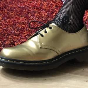 Guldiga dr. martens skor i strl 41. Nypris låg på ca. 1700. Aningen defekta (veck, lite repor och lätt fläckig yta.) Kan mötas upp eller frakta, frakt tillkommer på 99kr :)❤️ Pris går att diskutera