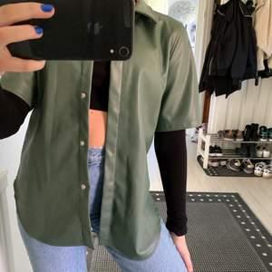 Grön jacka som aldrig är använd. Snygg över tjock tröja eller bara som den är. Storlek XS