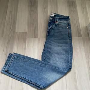 Jeans ifrån lager 157 i storlek xs. Dessa är i modellen Cone som jag skulle säga liknar ett par momjeans, lite pösigare än ett par tajta jeans men inte supergoda och slutar en bit upp. Säljs då de är för små för mig.