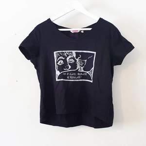En svart och luftig t-shirt med det vita handtryckta trycket