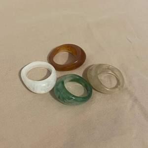 Kommer att sälja dessa ringar. De kommer finnas i grön, vit, beige och ljusbrun och är alla transparanta! Undrar bara vilka som skulle vara intresserade! Två ringar kommer köpas för runt 45kr!