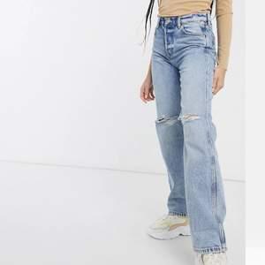 Jättefina jeans från & other stories i storlek 25. Köpta för 800 kr säljer 350. Köparen står för frakten som ligger på 65 kr och betalning sker via swish💕