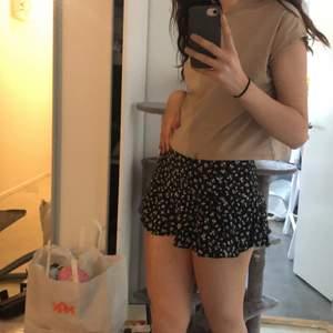 säljer denna ASBALLA zara kjolen!⚡️⚡️ jag har flera likadana så jag säljer denna! Den har shorts under så att det skaver ej när man rör sig samt att man inte behöver vara rädd ifall volangerna åker upp!! budgivning från 100kr!