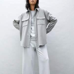 Helt ny skjortjacka/flanellskjorta från H&M med lapparna kvar. Ganska tunn så passar perfekt som vårjacka. Storlek M men passar även small. Inga fläckar, i nyskick!