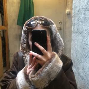 Mörkbrun mockajacka med fake päls. Köpt secondhand men i bra sick, förutom en fläck ned till som syns på bild 2💋