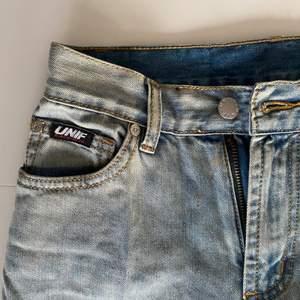 """Säljer mina skitsnygga """"Str8 Jean"""" unif jeans från 2019 därför att jag ej använder de längre 🌈 säljs ej längre av unif. (d kaffe på första bilden 😔 ja tvättar de innan ja skickar svär)"""