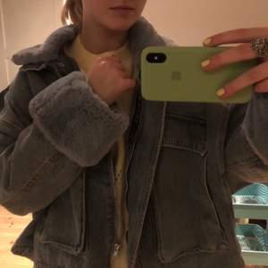 Säljer min jätte fina jeans jacka med päls! Funkar året om, man kan ta av och sätta på pälsen! Storlek 38, passar mig som har s/m men skulle nog även passa xs. Skriv bara om du har någon fråga!☺️ Kan mötas upp i Stockholm eller frakta mot din kostnad, BUDA!💕💕