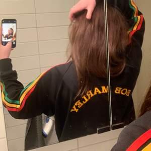 En hoodie med Bob Marley tryck på ryggen i gul text! Fint skick skulle säga i storlek M