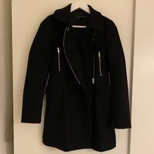 Svart jättesnygg halvlång kappa från Zara. Avtagbar pälskrage i fake-päls. Snygg både knäppt och öppen. Storlek XS.