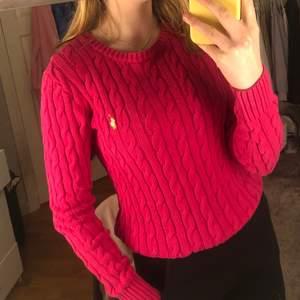 En äkta ralph lauren stickad tröja i en fin rosa färg! Tröjan är använd 1 gång, och har inte kommit till användning sen. Tröjan är i Strolek M men passar även lite större S. För fler frågor eller bilder är de bara att kontakta mig💕 (du bestämmer spårbar frakt eller inte) ord pris: 980kr