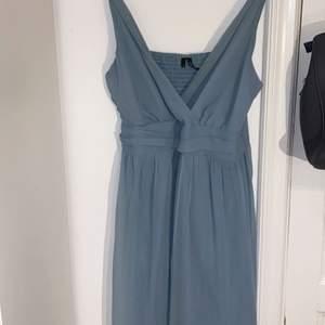 Super vacker blå/grön klänning från vero moda. Använd endast en gång. Perfekt till sommaren eller tillfällen som skolaavslutningar eller student firande eller bröllop. Storlek M men är töjbar vid ryggen. Pris kan diskuteras.
