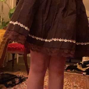 äkta vintage från ca 80 talet (har fått ärva denna), urgullig men har ingen användning av den. står ingen storlek men passar perfekt på mig och jag ligger på ca XS-S, dessutom är kjolen stretchig så den skulle lätt kunna passa på M också. tar emot bud och byter även denna mot andra klädesplagg, frakt diskuteras! <3