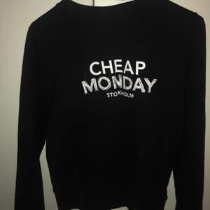 Svart sweatshirt från märket cheap monday Knappt använd och fint skick. Denna modell produceras inte längre och går därför inte att köpa ny.