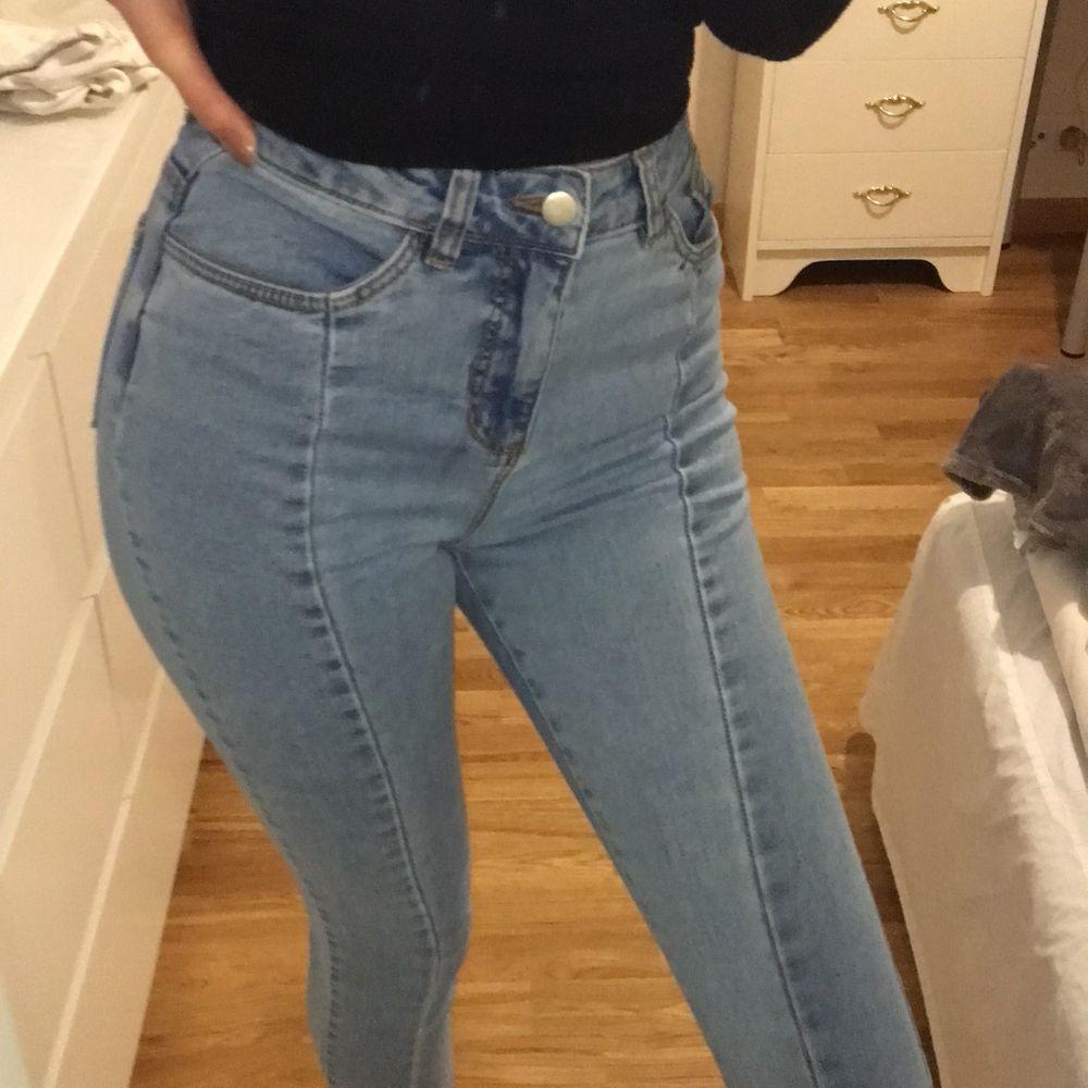 Nakd med fina detaljer, Slits och sömmar. Storlek 34. Betalning sker via swish, du står för frakten😊❤️. Jeans & Byxor.
