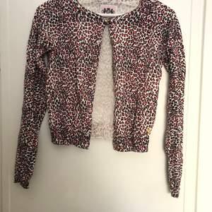 I princip oanvänd juicy couture kofta som är köpt ny. Storlek Kids XL, men passar vuxen XS-M. Möts i sthlm eller fraktar💘