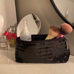 Helt ny necessär från kicks som alltså är i nyskick! Inga sminkrester eller smuts i🖤 kommer inte till användning och behöver ny ägare!