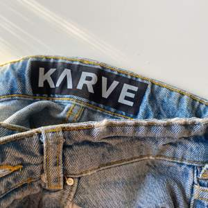 Jeans från Karve köpta på Carlings, använda men i bra skick! Hål på knäna o i loosefit, köpta för 800💞