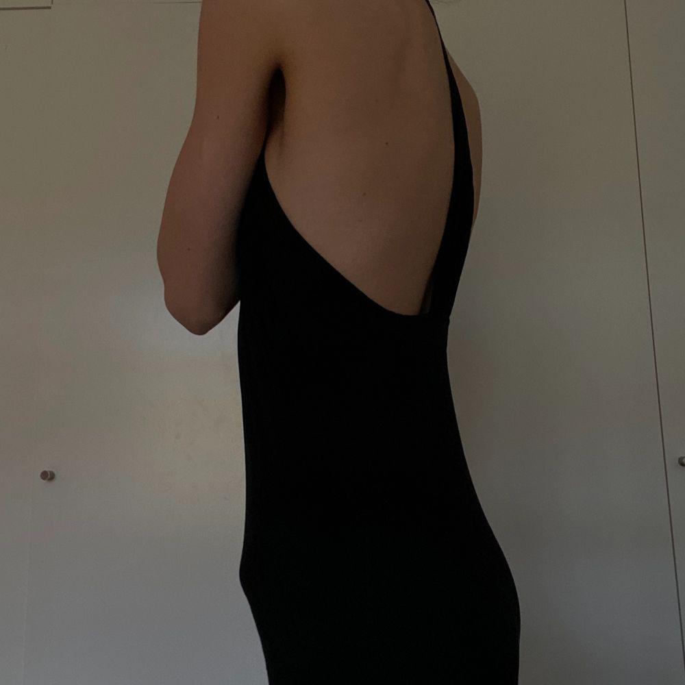 Cocktail klänning från zara, super fint rygg. Knäppning vid halsen. Storlek 36. Klänningar.