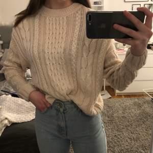 Säljer denna stickade tröja från Pull&Bear i storlek S, men passar även XS. Den är beige/vaniljfärgad och i väldigt bra skick. Köparen står för frakt:)