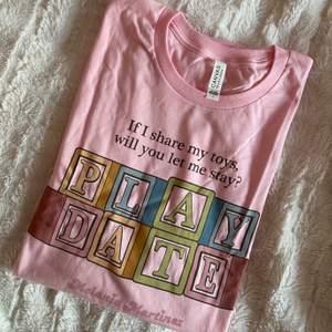 Melanie merch. Beställde hem en annan t shirt men fick hem denna istället, något blev fel i beställningen. Den är använd nån enstaka gång. Fick betala 160 i tull o frakt därför det höga priset :)