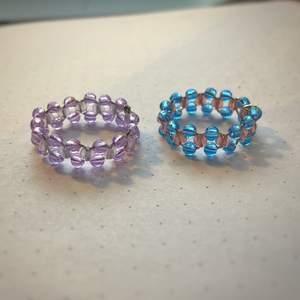 Fina mönstrade ringar som görs på beställning och går att få i vilken storlek/färg som helst och med vilken pärla som helst! Skriv privat vid frågor :) Kan fraktas eller mötas upp i Stockholm/Huddinge.