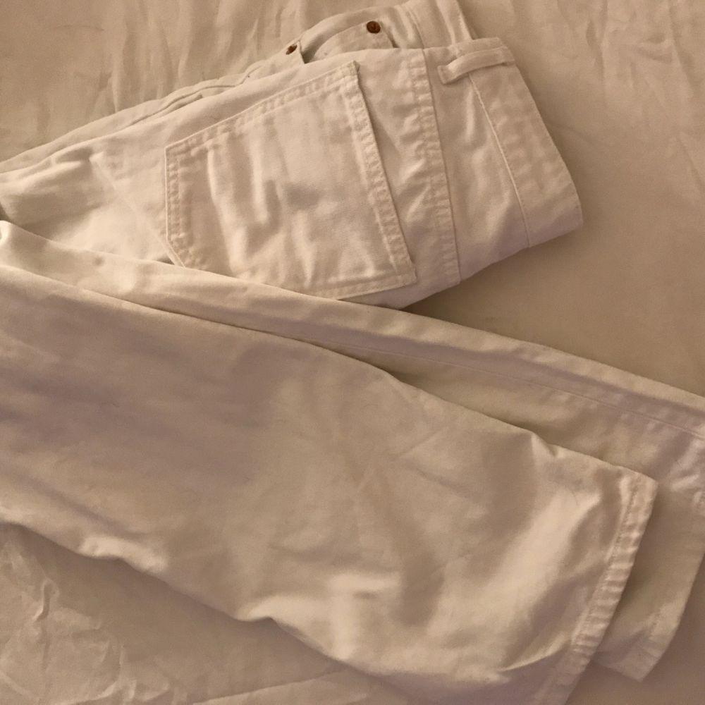 Vita jeans från Zara. Aldrig använda då de är förstora i midjan på mig. Jag är 155cm och har midjemåtten 65cm.. Jeans & Byxor.