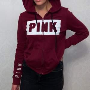 Vinröd hoodie från pink vicotorias secret. Köptes i Dubai för två år sedan men är sparsamt använd.