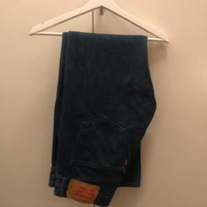 Vida Levis jeans i modell 501, unik fräsch färg. Fitpic kan fixas om någon vill ha det. Storlek w33 l32