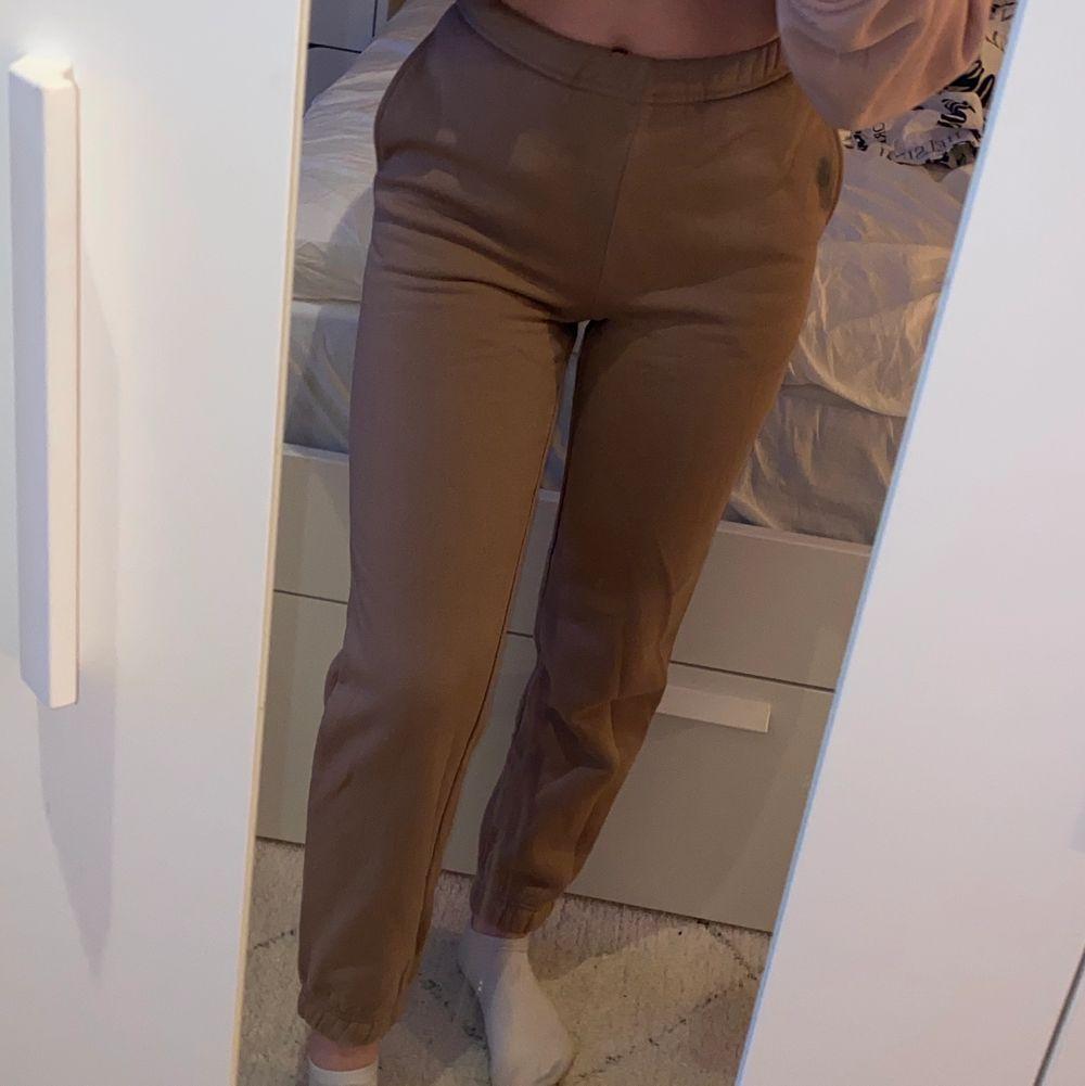 Beige/bruna mjukisbyxor från ginatricot storlek XXS aldrig använda pågrund av för tajta men passar bra i längden för mig som är 1,56🤎🤎 (står ej för frakten). Jeans & Byxor.