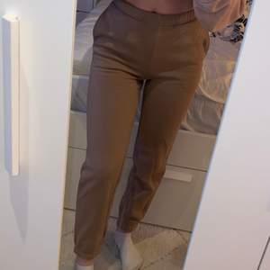 Beige/bruna mjukisbyxor från ginatricot storlek XXS aldrig använda pågrund av för tajta men passar bra i längden för mig som är 1,56🤎🤎 (står ej för frakten)