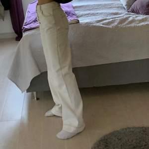 vita långa jeans, med 4 knappar på! Jätte coola, pösiga på mig som är en 34/36, om du vill att de ska sitta taight bör du va en 38 annars passar de 36 bra men e coolt pösiga/lite stora, buda eller hör av er privat, gillar dessa mycket så säljer endast vid bra bud!💕💕
