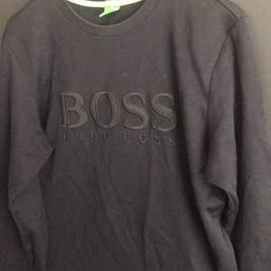 Jätte fin Hugo Boss kofta, koftan är äkta, har legat i garderoben och därför behövs tvättas innan användning. Färgen är svart, ser lite konstigt ut på bilden pga ljuset!