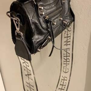 """Säljer ett ascoolt  """"väskband"""" ifrån Carin Wester, som är använt fåtal gånger, nypris 299kr ‼️ Köparen står för frakt"""