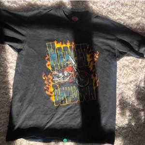 T-shirt från Harley Davidson! I jättefint vintage skick, väldigt ovanlig och svår att få tag i! Kom med egna bud eller köp direkt för 500kr! Jag står för frakten 💖