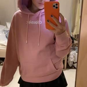 ÄKTA glossier hoodie som jag säljer då den inte kommer till användning. Köpt på deras hemsida!! Superfint skick och passar en XS-M💕 300 kr💗😁