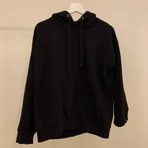 Säljer denna svarta hoodien då den aldrig kommer t användning längre, Strl S